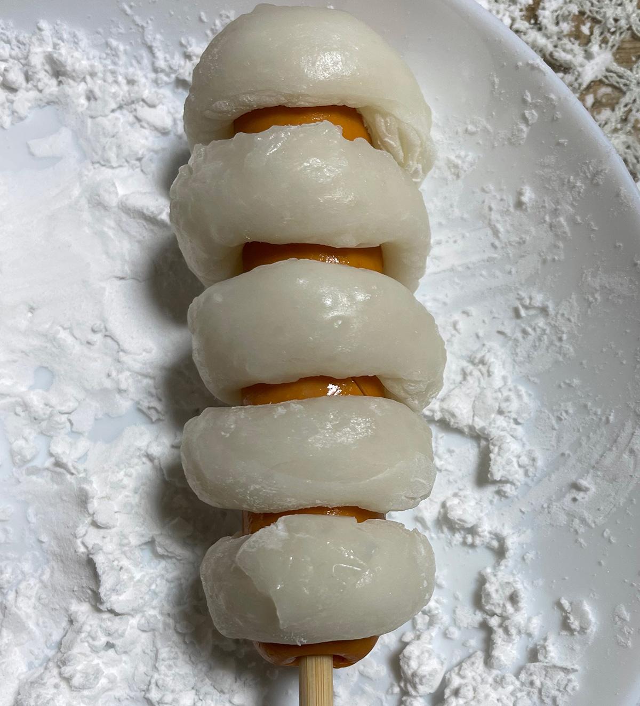 餅を巻くときにフランクフルトが巻いた餅の真ん中から少し見えるようにします。