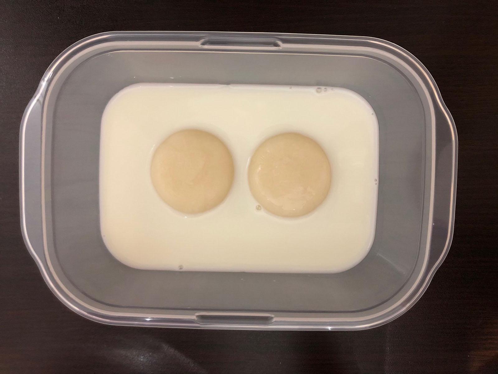 耐熱容器にお餅と牛乳を入れてラップをせず、電子レンジ(600W)で3分程度加熱してお餅がトロトロになるまでかき混ぜます。